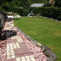 建物を引き立て、地形を生かす庭のサムネイル