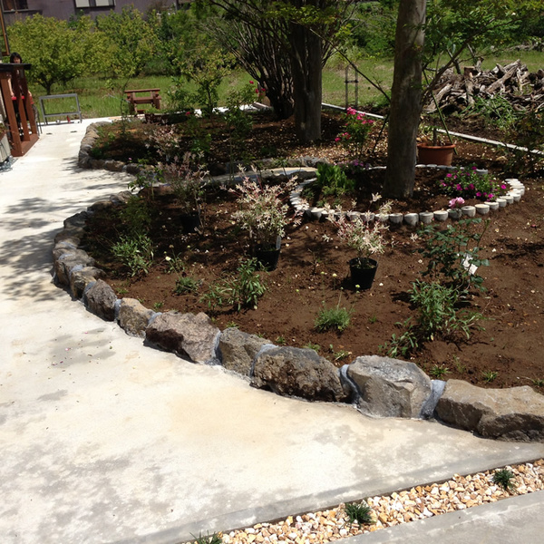 ガーデニングを楽しむ庭のサムネイル